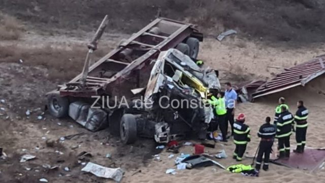 Șoferul unui camion de cereale a murit după ce s-a răsturnat în drum spre portul Constanța!