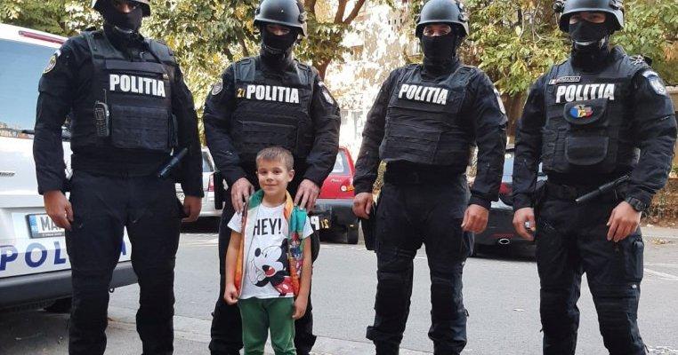Aniversare inedită în Oradea: unui băiețel îndrăgostit de meseria de polițist i-au adus tort luptători de la Serviciul pentru Acțiuni Speciale
