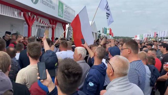 """Protest al fermierilor furioși: """"Ministrul a fugit ca un șobolan!"""""""
