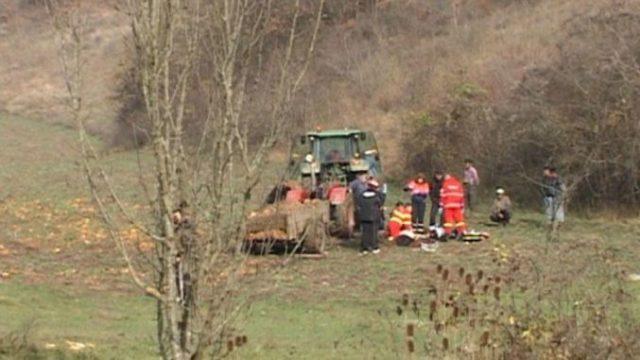 Tractor răsturnat de pe un pod. O persoană a murit și alte două sunt rănite grav!