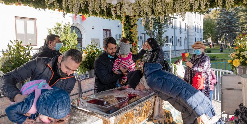 Iași: Peste 5.500 de oameni s-au închinat la Sf. Parascheva, în prima zi a pelerinajului FOTO